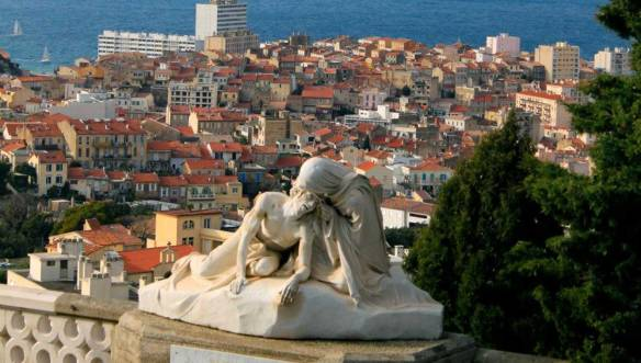 Статуя-около-Нотр-Дам-де-ла-Гард