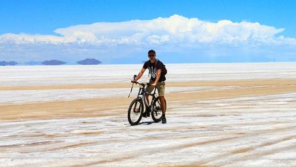 Боливия-Соляная-пустыня-на-велике