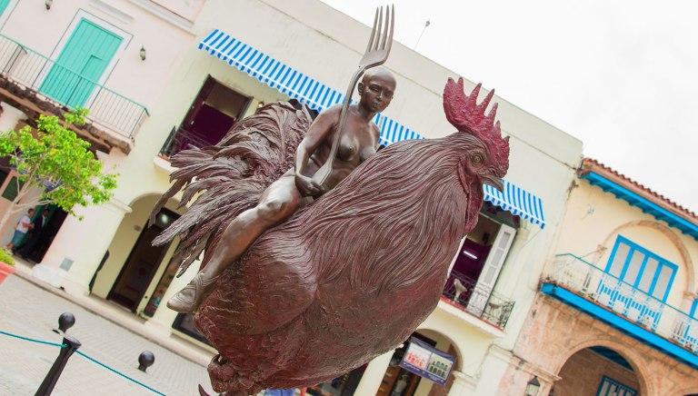 Гавана-паматник-Петуху-на-площади-Вьеха